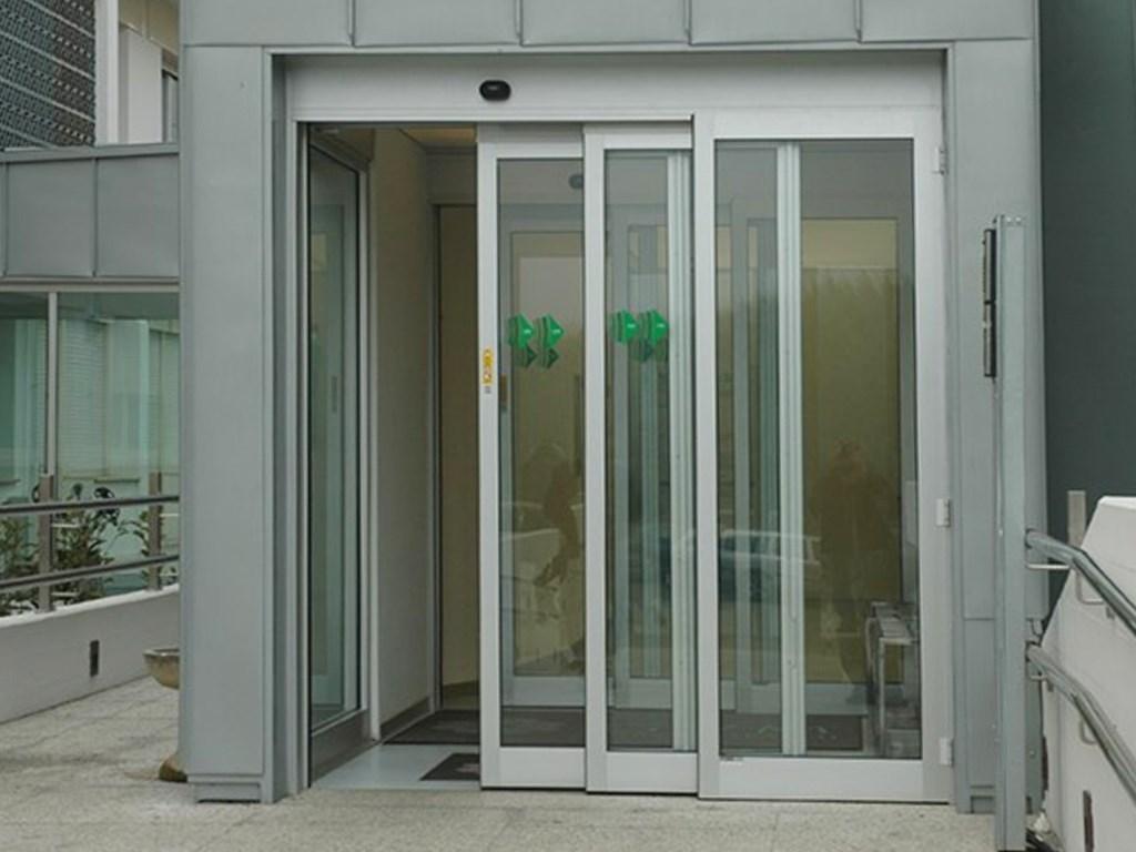 Porta Scorrevole 3 Ante Sovrapposte.Ponzi Porte Automatiche Ospedaliere E Per Centri Commerciali
